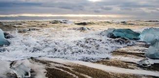 Wellen, die weg von einem Strand fließen Lizenzfreies Stockbild