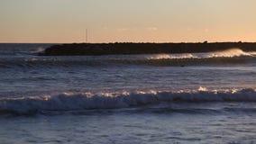 Wellen, die zum Strand kommen stock video