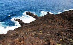 Wellen durch die vulkanische Halbinsel Stockbild