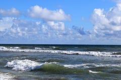 Wellen entlang Ufer mit hellem blauem Himmel stockbild