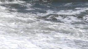 Wellen gegen das Ufer stock video footage