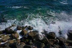 Wellen gegen Felsen, Schwarzes Meer lizenzfreie stockfotografie