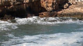 Wellen hüllen das Ufer ein stock video footage