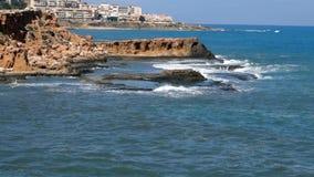 Wellen hüllen das Ufer ein stock footage