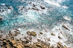 Wellen hetzen in die Felsen lizenzfreies stockbild