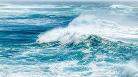 Wellen im blauen Ozean im Sommer stockbild