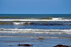 Wellen im irischen Meer Stockfoto