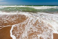 Wellen im Meer Lizenzfreie Stockfotos