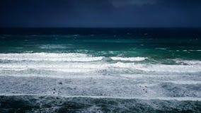 Wellen im Meer mit stürmischem Wetter Stockbild