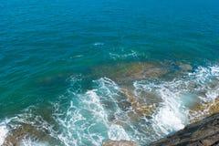 Wellen im Ozean, der Wellen Andaman Phuket Thailand spritzt Lizenzfreie Stockfotografie