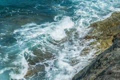 Wellen im Ozean, der Wellen Andaman Phuket Thailand spritzt Stockfoto