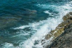 Wellen im Ozean, der Wellen Andaman Phuket Thailand spritzt Stockfotos