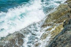 Wellen im Ozean, der Wellen Andaman Phuket Thailand spritzt Lizenzfreie Stockfotos