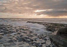 Wellen im Sonnenaufgang lizenzfreies stockbild
