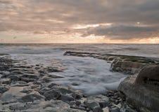 Wellen im Sonnenaufgang lizenzfreies stockfoto