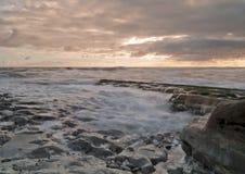Wellen im Sonnenaufgang stockfotografie