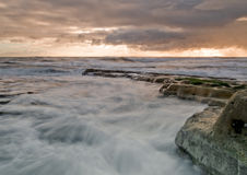 Wellen im Sonnenaufgang lizenzfreie stockfotografie