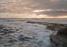 Wellen im Sonnenaufgang stockbild