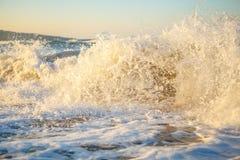 Wellen im Sonnenuntergang schönes Meer mit Wellen und Spray, das Konzept der Reise, eine schöne Strandkarte Lizenzfreie Stockfotos