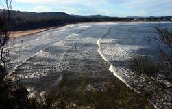 Wellen kommen zum Strand Lizenzfreie Stockfotos