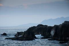 Wellen mit Felsen Stockbild