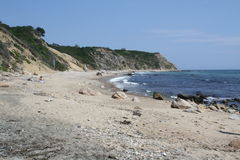 Wellen oben auf Rocky Beach Lizenzfreie Stockfotografie