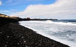 Wellen rollen auf steinigen Strand Lizenzfreie Stockbilder