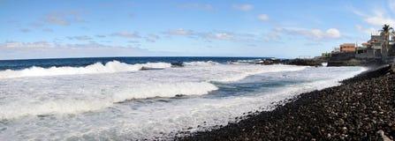 Wellen rollen in einen Strand in Mosteiro Stockfotos