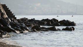 Wellen schlugen auf den Felsen Zwei koyaks schwimmen in die Rückseite stock video footage