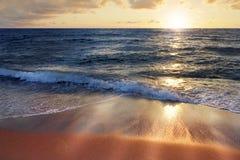 Wellen am Sonnenuntergang Stockbild