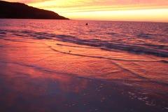 Wellen am Sonnenuntergang Stockfotos