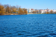 Wellen am Stadtreservoir Stockfoto