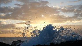 Wellen steigen in die Luft am schönen Sonnenunterganglicht Große Welle stößt auf Felsen und dem Sprühen zusammen Nahe hohe Ansich stock video footage