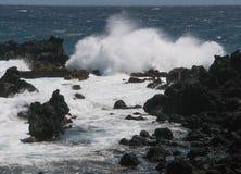 Wellen stoßen auf Felsen am Ka Lae, wissen auch als Südpunkt, Hawaii zusammen Stockbilder