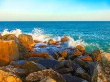Wellen stoßen auf Ufer zusammen Lizenzfreie Stockbilder