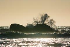 Wellen stoßen gegen die Felsen bei Sonnenuntergang an Rialto-Strand, Washington, US zusammen Stockfotos