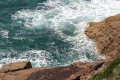 Wellen stoßen gegen Felsen an der Kappe Frehel zusammen (Frankreich) Lizenzfreies Stockfoto