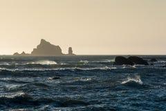 Wellen stoßen an Rialto-Strand im olympischen Nationalpark, Washington, US zusammen Stockbild