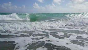 Wellen am Strand stock footage