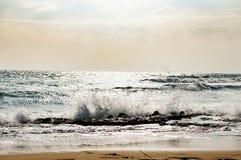 Wellen-Strand in Zypern lizenzfreie stockfotos