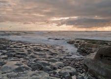 Wellen am Tagesanbruch stockfoto