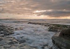 Wellen am Tagesanbruch lizenzfreies stockbild