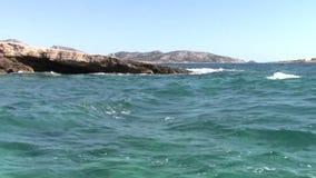 Wellen am Ufer stock video