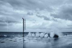 Wellen und Blitz Lizenzfreie Stockbilder