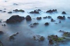 Wellen und Felsen Stockbilder