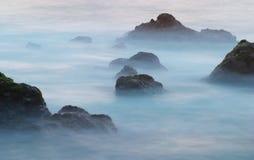Wellen und Felsen Stockfoto
