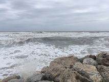 Wellen und Felsen Stockfotografie