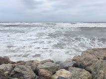 Wellen und Felsen Stockbild
