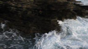 Wellen und Felsen-Küste stock video footage