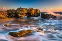 Wellen und Koralle bei Sonnenaufgang im Atlantik bei Coral Cove P Stockfotos